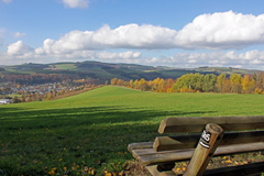 Siedlinghausen zu Füßen,  liegt rechts hinter den Bäumen die Hütte des SGV.