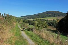 Kleine Wiesen und Felder prägen das Bild,  da wird's auch dem Sauerländer richtig wohl ums Herz.